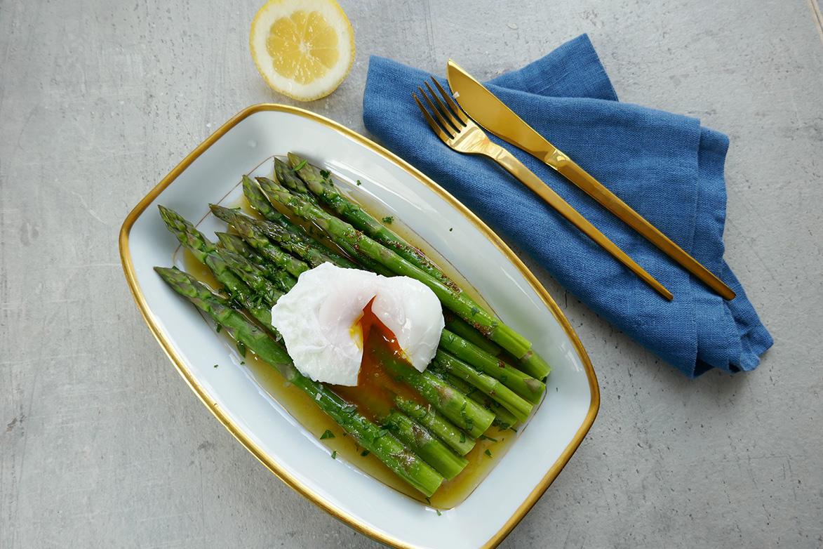 Asparges med brunet smør og posjert egg