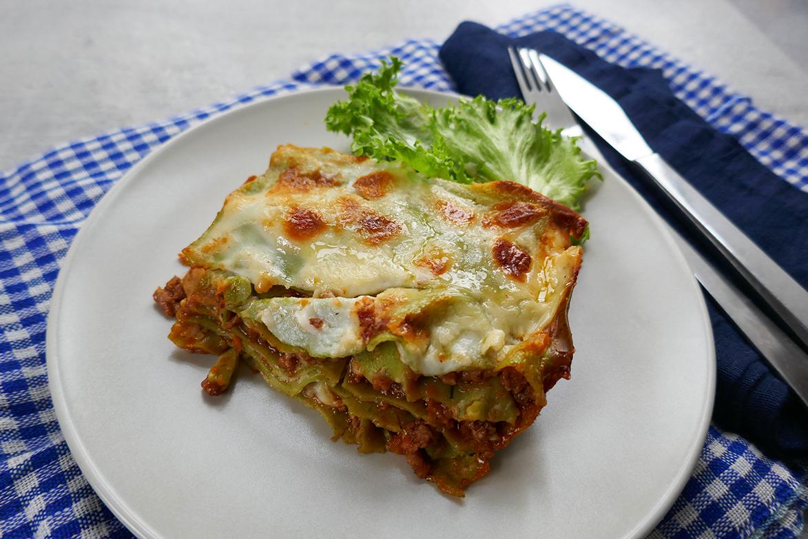 Lasagne med grønne plater og kjøttsaus.