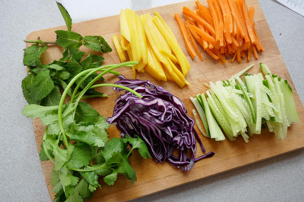 Ingredienser til sommerruller med laks